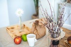 Kök i lantlig stil i sommar Fjädra ljus texturerat kök med en gammal kyl, trätabell Ett trämagasin med en vas, ska göra det royaltyfri bild