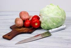 Kök matlagning, potatis, kniv, skärbräda Arkivbild