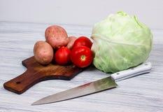 Kök matlagning, potatis, kniv, skärbräda Arkivfoto