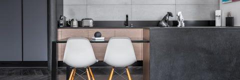 Kök med bordlägger och stolar Fotografering för Bildbyråer