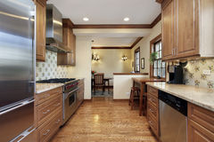 Kök med cabinetry för ekträ Arkivbild