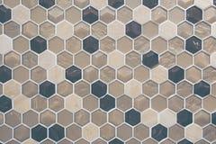 Kök med den bruna och svarta honungskakaväggen royaltyfria foton