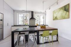 Kök med tabeller i futuristisk stil Arkivbilder