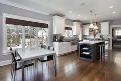 Kök med vit cabinetry arkivbild