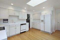Kök med vit cabinetry arkivfoto