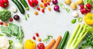 Kök - nya färgrika organiska grönsaker på worktop