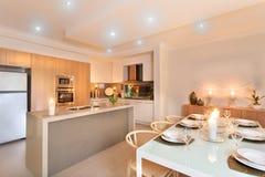 Kök- och matställetabellen ställde in med att exponera för stearinljus royaltyfria bilder