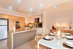 Kök- och matställetabellen ställde in med blinkande stearinljus ordnar till för arkivfoton