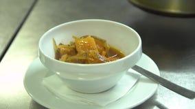 Kök Restaurang Kocken häller soppa i en bunke stock video