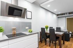 Kök som är öppet till ett äta middag område royaltyfri fotografi