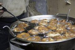 Kök som steker donuts Arkivfoton