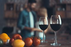 Kökbakgrund med vin och två exponeringsglas royaltyfri bild