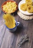 Kökbehållare med pasta som är klar att laga mat Royaltyfri Bild