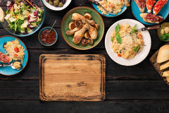 Kökbräde med olika italienska mat och mellanmål Royaltyfri Bild