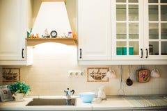 Köket är land-stil vit tolkning 3D av ett kontorsutrymme Fotografering för Bildbyråer