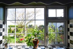 Kökfönster med sikten på trädgård royaltyfria foton