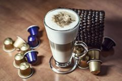 Kökgarnering, skummande randigt kaffe Arkivfoto
