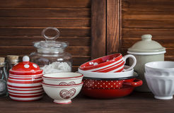 köklivstid fortfarande Tappninglerkärl - krus av mjöl, keramiska bunkar, panna, emaljerad krus, skyfartyg På en trätabell för mör Royaltyfria Bilder