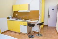 Kökområde av studiolägenheten royaltyfri foto