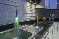 Kökområde i lyxig lägenhet Arkivbild
