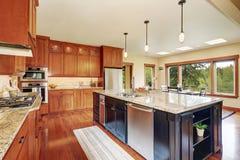 Kökområde med planet för öppet golv, sikt av matsal royaltyfria foton