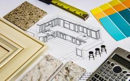 Kökrenoveringdesignen med att omdana val av köksluckor, countertops och färg målar Arkivfoto