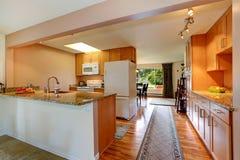 Kökrum med gå-till och med korridoren Fotografering för Bildbyråer