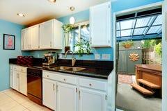 Kökrum med utgången till trädgården med bubbelpoolen Arkivbilder