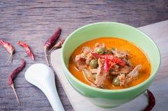 Köksbord med grisköttpanangcurry, varm sur curry, thai loca arkivfoto