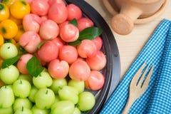Köksbord med läckra efterföljdfrukter för thailändsk efterrätt arkivfoto