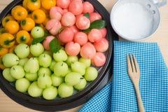 Köksbord med läckra efterföljdfrukter för thailändsk efterrätt arkivbild