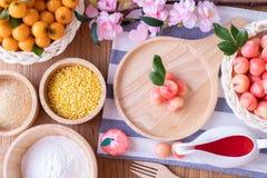 Köksbordet med läckra efterföljdfrukter, bär frukt formade Mung bönor, thailändsk traditionell efterrätt arkivbild