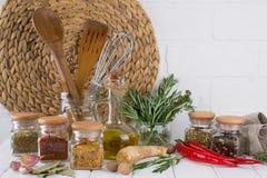 Köksgeråd örter, färgrika torra kryddor i glass krus Arkivbilder