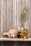 Köksgeråd, örter och kryddor på hylla fotografering för bildbyråer