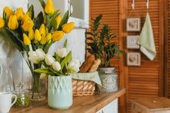 Köksgeråd begrepp av hem- dekorkök som dekoreras med blommor, främre sikt fotografering för bildbyråer