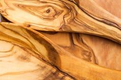 Köksgeråd från Olive Wood, liksom skärbräda och Sal Royaltyfri Foto