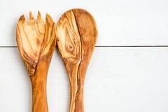 Köksgeråd från Olive Wood, liksom skärbräda och Sal Royaltyfri Fotografi