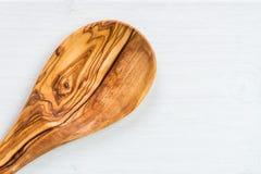 Köksgeråd från Olive Wood, liksom skärbräda och Sal Royaltyfria Bilder