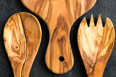 Köksgeråd från Olive Wood, liksom skärbräda och Sal Arkivbild