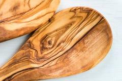 Köksgeråd från Olive Wood, liksom skärbräda och Sal Arkivfoto