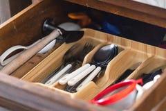K?ksger?d skedar, gafflar, knivar fotografering för bildbyråer