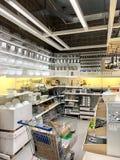 Köksgeråd som är till salu inom det IKEA lagret arkivfoton