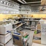 Köksgeråd som är till salu inom det IKEA lagret royaltyfri bild