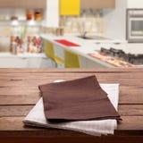 Kökshandduk på den tomma trätabellen Åtlöje för bästa sikt för servett nära övre upp för design Lantlig bakgrund för kök arkivfoto
