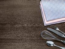 Kökshanddukar gaffeln, skeden, kniv, viftar för att piska på trä fotografering för bildbyråer