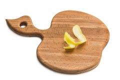 Kökskärbräda med citronskivor Arkivbild
