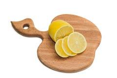 Kökskärbräda med citronskivor Royaltyfria Bilder