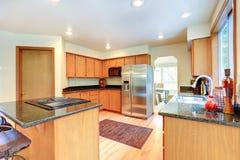 Köksskåp med den svarta granitöverkanten Arkivfoton
