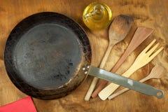 Kökstålkastrull och träskedar för att laga mat Faciliteter av husmanskost Försäljningar av kökhjälpmedel Royaltyfria Foton