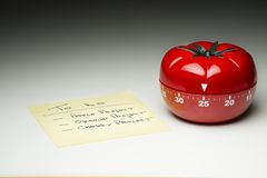 Köktidmätare för att laga mat och att arbeta produktivt arkivbild